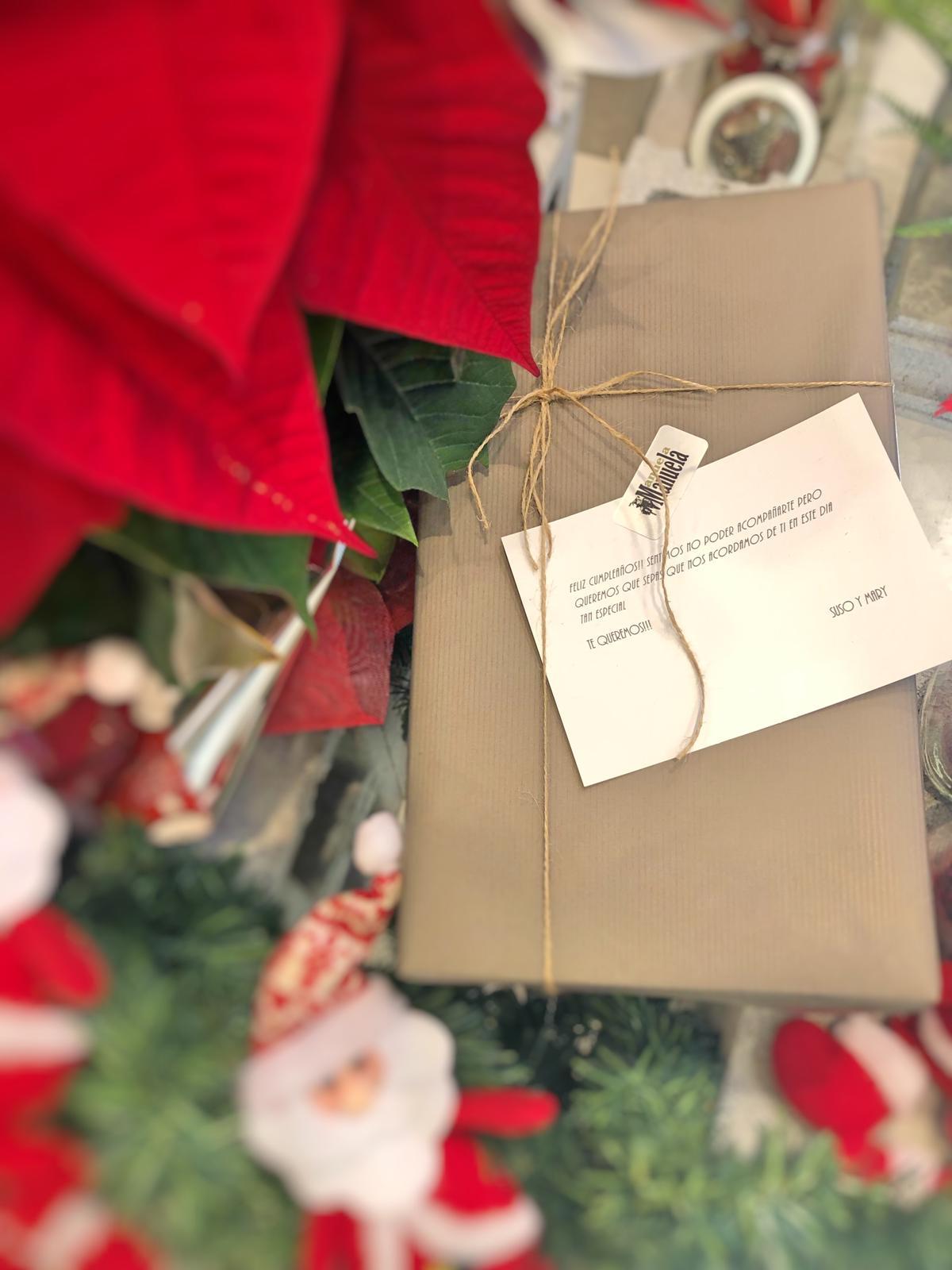 Empaquetado para regalo y tarjeta de felicitación